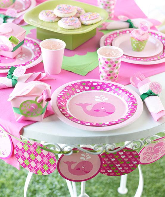 Sød pynt tema med lyserød hval til fødselsdag, barnedåb eller baby shower